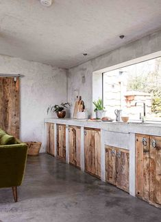 Design minimaliste pour une maison en béton - PLANETE DECO a homes world Minimalist design for a concrete house - PLANETE DECO a homes world Home Decor Kitchen, Rustic Modern Kitchen, Kitchen Decor, Concrete House, Rustic Kitchen Cabinets, Interior Design Rustic, Rustic Kitchen, Timber Kitchen, Rustic House
