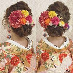 *RIEKO*さんはInstagramを利用しています:「結婚式の前撮り 和装ロケーション撮影のお客様 編み込みとロープ編みのアップ 少し左に寄せて前からも 見えるようにしてあります。 短めの顔まわりの髪の毛は 波ウェーブで! ダリアとマムとかすみ草で華やかに 垂れるポンポンも付けました #ヘア #ヘアメイク #ヘアアレンジ #結婚式…」 Hair Arrange, Hair Setting, Models Makeup, Hair Ornaments, Japanese Kimono, Tie The Knots, Hair Comb, Wedding Bouquets, Wedding Hairstyles