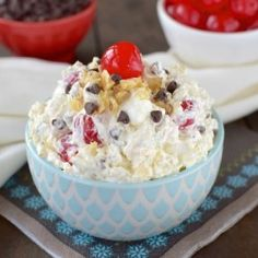 ☆☆BANANA SPLIT FLUFF SALAD☆☆ Nothing screams summer more than a banana split! This has all the flavors of a banana split are in this easy to make pudding salad. It is the perfect salad to add to … Creamy Fruit Salads, Dessert Salads, Jello Salads, Yummy Treats, Sweet Treats, Yummy Food, Delicious Recipes, Healthy Recipes, Dessert Banana Split