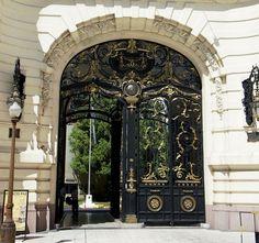 Palacio Paz, ubicado en la Avenida Santa Fe al 700, al frente de la plaza San Martín. Con sus 12.000 metros cuadrados fue la residencia más grande de la ciudad, allí vivía la Familia Paz a principios del Siglo XX. Actualmente es la sede del Círculo Militar.