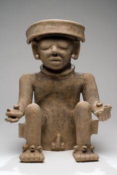 Figurilla antropomorfa sedente Procedente del centro de Veracruz Periodo clásico 200-900 d. C. Arcilla modelada y pulida 36 x 27 x 20 cm. Colección CONACULTA-INAH-MEX