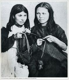 Guernsey knitting girls from south of England Art Du Fil, Vintage Photos Women, Knit Art, Labor, Pictures Of People, Vintage Knitting, Vintage Photography, Belle Photo, Needlework
