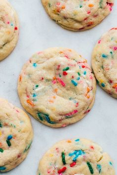 The BEST recipe for soft funfetti sugar cookies. They are chewy, dotted with sprinkles, and have an amazing buttery vanilla flavor. Festive and perfect for birthdays! Funfetti Cookie Recipe, Funfetti Cookies, Chewy Sugar Cookies, Cake Mix Cookies, Baby Cookies, Heart Cookies, Valentine Cookies, Easter Cookies, Birthday Cookies