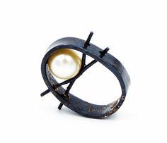Jill Herlands. Ring: Balancing Pearl Ring, 2016. Sterling silver, culturedd pearl.. 1.27 Ø. Photo by: J Herlands.