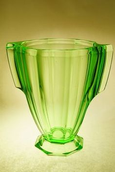 ART-DECO váza z uranového skla, sklárna Invald