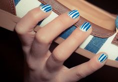 Egy vékony ecsetes díszítőlakkal nagyon klassz csíkos körmöket készíthetsz, melyek ráadásul optikailag nyújtják is az ujjakat.