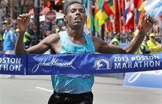 15 de 16  Lelisa Desisa da Etiópia cruza a linha de chegada momentos antes das explosões que atingiram a maratona de Boston. O incidente deixou mortos e diversos feridos
