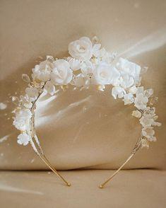 Tiden fremover er den beste å for å ta kontakt om du ønsker unike hårpynter fra Ro & Raff til bryllupet ditt. Vi gleder oss til å designe den sammen med deg!  __________________________________ @roandraff  #weddingtrend2020 #wedding2020 #brud #bride #bouquet #whiteroses #cleanstile #love #trend #fashion #oslo #norway #denmark #norge #sweden #grandhotel #weddingphotography #weddingphotos #design #headpiececouture