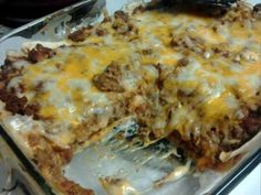 Ingredients : 1 lb ground beef onion, chopped 1 package taco seasoning 6 large flour tortillas 1 can refried beans 2 cups shredded taco cheese or cheddar cheese 1 can cream of mushroom soup 4 ounces sour cream Directions : Brown beef and Taco Casserole, Creamy Burrito Casserole, Easy Casserole Recipes, Easy Recipes, Delicious Recipes, Keto Recipes, Burrito Recipes, Freezer Recipes, Freezer Cooking