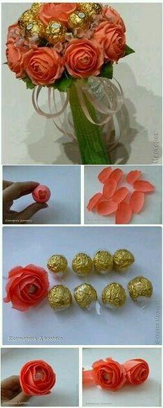 Ramillete de flores de papel y chocolates