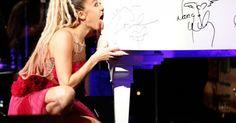 """La cantante Miley Cyrus y su lengua lograron obtener 50 mil dólares para apoyar al centro LGBT de Los Ángeles. Cyrus acudió a la gala de los premios vanguardia y se convirtió en la figura de la noche. De acuerdo con E News!, la cantante Linda Perry necesitaba ayuda para subastar un piano, y Cyrus no sólo se paró en el escenario sino que lamió el instrumento, que finalmente se vendió en 50 mil dólares. """"Quiero que sepan que estoy más que agradecida de estar en un lugar lleno de tanta gente…"""