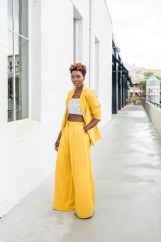 Killing it in this yellow pant suit Yellow Fashion, Colorful Fashion, Twiggy, Yellow Pants Outfit, Yellow Outfits, Look 2018, Pantalon Large, Colourful Outfits, Mellow Yellow
