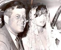 President JFK with wife Jackie Kennedy John Kennedy, Jackie Kennedy Style, Les Kennedy, Jacqueline Kennedy Onassis, Jackie Oh, Familia Kennedy, Jaqueline Kennedy, John Junior, John Fitzgerald