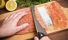 Graved Lachs / Wir erklären Schritt für Schritt, wie man Graved Lachs, also gebeizten Lachs, selber zubereitet. Sie brauchen dafür eine frische Lachsseite, die richtige Gewürzmischung und genug Zeit zum Beizen. Danach wird der Graved Lachs hauchdünn geschnitten und mit einer selbst gerührten Dijonsenf-Honig-Sauce serviert. Im Rezept-Video können Sie sich außerdem die Zubereitung des Graved Lachs und der Sauce ansehen. http://www.daskochrezept.de/kochschule/kochschule-graved-lachs_151606.html