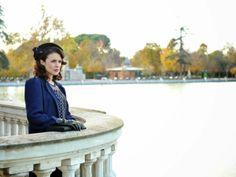 Sira Quiroga vestido azul con lunares. El tiempo entre costuras. Capítulo 8  vía http://www.antena3.com/series/el-tiempo-entre-costuras/