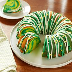 Shamrock Swirl Cake from Pillsbury Baking is a tasty and festive way to celebrate St Patrick s Day and the luck of the Irish Fete Saint Patrick, Sant Patrick, Holiday Treats, Holiday Recipes, Holiday Foods, Holiday Cupcakes, Christmas Foods, St Patrick Day Snacks, St Patricks Day Cakes