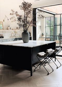 black and white kitchen design, large black kitchen island with bar stools, modern kitchen decor Deco Design, Küchen Design, Layout Design, Nordic Design, Design Ideas, Design Trends, Design Homes, Design Concepts, Design Styles