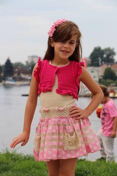 Vestido en punto y crochet hecho a mano. Combinado con una Rebeca y diademas hechas también a mano. Sylvia Marie.con gran estilo!!