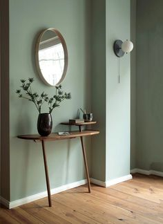 Tinnappelmetz eröffnet Showroom in Berlin A Noble & Wood console under the Workstead lamp. Bedroom Green, Green Rooms, Green Room Colors, Indian Living Rooms, Home And Living, Room Inspiration, Interior Inspiration, Living Room Decor, Bedroom Decor