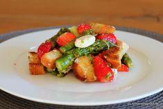 Spargel-Erdbeer-Salat mit Feta und Croutons