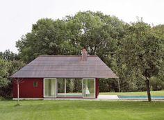 Een badhuis van Buol & Zünd in de tuin van een villa in het Zwitserse Kesswil. Ontwerp uit 2001.  Hier meer. Fotos  Georg Aerni.