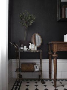 Style and Create - Dark grey walls & lovely deco Decoration Inspiration, Bathroom Inspiration, Interior Inspiration, Decor Ideas, Decoracion Vintage Chic, Dark Grey Walls, Interior Minimalista, Dark Interiors, Home Trends