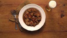 Αυτή η ζουμερή τηγανιά με εζα Fine Lager θα γίνει ο αγαπημένος σας μεζές. Απολαύστε την με ένα ποτήρι παγωμένη μπίρα. Greek Recipes, Beef, Food, Meat, Essen, Greek Food Recipes, Meals, Yemek, Greek Chicken Recipes