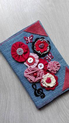 Copri agenda in jeans riciclato e applicazioni di fiori in stoffa e crochet.