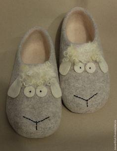 "♡ Купить Тапки ""Раз овечка, два овечка..."" - серый, Овечки, овцы, овечка, 2015 год Felt Booties, Felt Baby Shoes, Baby Slippers, Felted Slippers, Nuno Felting, Needle Felting, Toe Warmers, Fleece Projects, Wool Shoes"