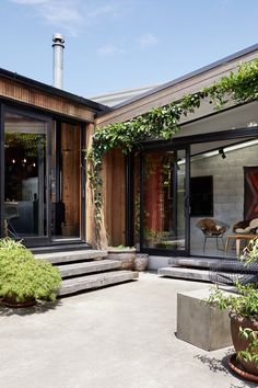 New Zealand Architect Created a House That Looks Like a Tiny Village Ample greenery in the courtyards softens the neutral material palette.Ample greenery in the courtyards softens the neutral material palette. Patio Design, Exterior Design, Concrete Deck, Concrete Houses, Concrete Patio Ideas Nz, Concrete Steps, Architecture Design, Porch Kits, Building A Porch