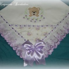 #mantaforrada #kitdefraldas #ursinha #amolilás #ursinha #ursinhaprincesa #floral #delicado #princesinha #presenteperfeito #mamaepira #mamaeama #vovóama #dindaama #titiaama #personalizado #enxovalclassico #enxovaldebebe #crisnogueirabordados Baby Slippers, Heirloom Sewing, Fabric Painting, Beautiful Babies, Baby Quilts, Embroidery Stitches, Smocking, 3 D, Diy And Crafts