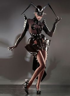 Manuel Albarran is an artist. An expert in metal couture, corsetry, leather, & many other disciplines. Weird Fashion, Dark Fashion, Fashion Art, High Fashion, Fashion Design, Luxury Fashion, Mode Latex, Mode Sombre, Costume Design