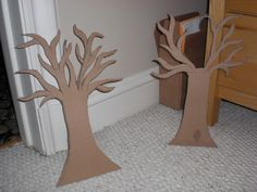 How to make a jewelry hanger. Alice In Wonderland Jewelry Tree - Step 3 Jewelry Hanger, Hanging Jewelry, Jewelry Tree, Craft Jewelry, Unique Jewelry, Cardboard Tree, Cardboard Crafts, Cardboard Chair, Jewely Organizer