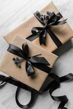 Free & Gorgeous DIY Christmas Gift Wrapping in 5 Minutes - geschenked Diy Holiday Gifts, Xmas Gifts, Christmas Gift Wrapping, Christmas Diy, Black Christmas, Beautiful Christmas, Christmas Present Ribbon, Christmas Presents, Birthday Gift Wrapping