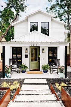 Modern Front Porches, Front Porch Design, Porch Designs, Houses With Front Porches, Rustic Porches, Farmhouse Front Porches, Patio Design, White Exterior Houses, Modern Farmhouse Exterior