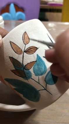 Hand Painted Mugs, Hand Painted Ceramics, Ceramic Clay, Ceramic Pottery, Advanced Ceramics, Diy Home Crafts, Bottle Art, Diy Art, Sculptures