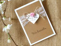 Diese handgefertigte Karte im angesagten Vintagestil stimmt eure Gäste schon vorher ganz romantisch auf eure Hochzeit ein. Klappkarte weiß aus starkem Karton mit Kraftpapier, Spitzenband,...