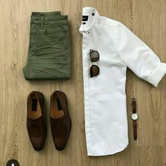 Olive jeans with a brown shoes ! + A nice white shirt 😍 More than amazing gri. Mens Style Guide, Men Style Tips, Style Men, Classic Mens Style, Mode Man, Olive Jeans, Casual Outfits, Men Casual, Casual Chic