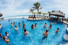 Aula de hidroginástica na piscina de borda infinita.