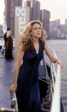 Carrie Bradshaw Carrying A Prada Shopping Bag And Wearing A Low-Cut Red Floral Dress, Season 6 | Look