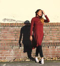 styleranking Crew-Member Petchinda verzaubert uns mit ihrem roten Turteneck-Kleid im strahlenden Sonnenschein.