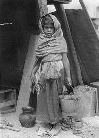 En esta fotografía, Tina Modotti muestra a una pequeña niña, la cual se ve de bajos recursos económicas y que vive en condiciones insalubres