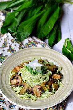 Spaghete cu ciuperci si leurda Romanian Food, Romanian Recipes, Wild Garlic, Pasta Salad, Vegetarian Recipes, Food And Drink, Chicken, Healthy, Breakfast