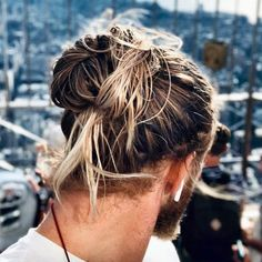 Thinking about getting a man bun or top knot? Here is the definitive guide on the ever-popular man bun hairstyle. Choose your perfect style [Right Here] Surfer Hairstyles, Popular Mens Hairstyles, Bun Hairstyles For Long Hair, Male Hairstyles, Crazy Hairstyles, Formal Hairstyles, Wedding Hairstyles, Men Blonde Highlights, Man Bun Haircut
