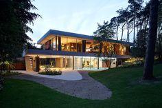 La casa mantiene un contacto con el bosque sin perder su estilo relajado y elegante.
