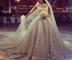 Gelin adaylarının en güzel ve heyecanlı düğün hazırlıklarından bir tanesi de şüphesiz, gelinlik seçimidir. Her gelin o unutamayacağı günde en güzel gelinlerden bir tanesi olmak ister. Biz de gelinlik modellerinden biri olan Prenses Gelinlik Modellerinden söz etmek istiyoruz. Öncelikle prenses gelinlik modeli nedir? Prenses gelinlik, etek kısmının kabarıklığının ani ve yoğun şekilde görüldüğü bir tür gelinlik çeşididir. Kabarık gelinlik de diyebileceğimiz Prenses Gelinlik Modellerini A kesim…