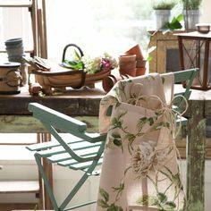 Country-style decorating idea – vintage florals | Room Envy