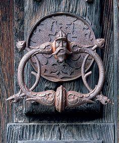 Почетный стукач Просто-ди-Пьюро. Бутоны чертополоха — символ стойкости. Палаццо Вертемате Франки, на двери которого висит молоток, — единственный уцелевший в округе во время оползня 1618 года Door Knobs And Knockers, Knobs And Handles, Door Handles, Old Doors, Windows And Doors, Door Fittings, Old Keys, Unique Doors, Door Furniture