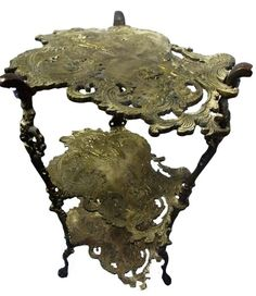 Diferente raríssima e linda mesa de canto toda em bronze maciço pesado com trabalho detalhado.