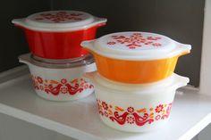 ... vintage set of four friendship bird pattern pyrex serving